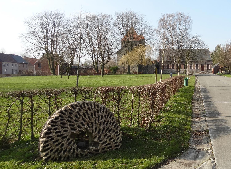 place parc Aubechies avec l'église et le gîte ajiste meule romaine