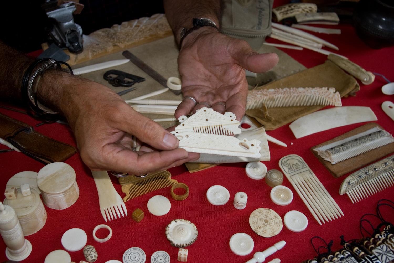 Artisan taille de l'os - peignes en os