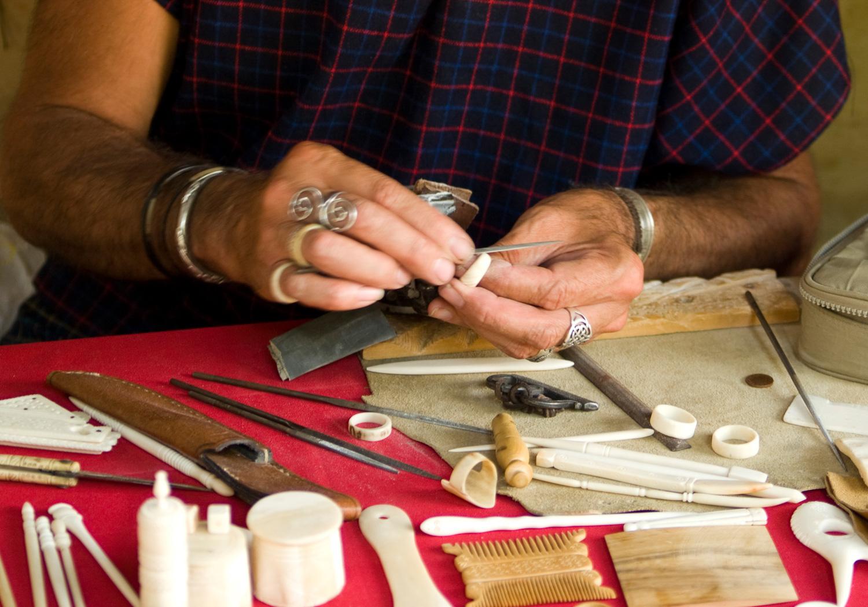 Artisan taille de l'os - bijoux en os