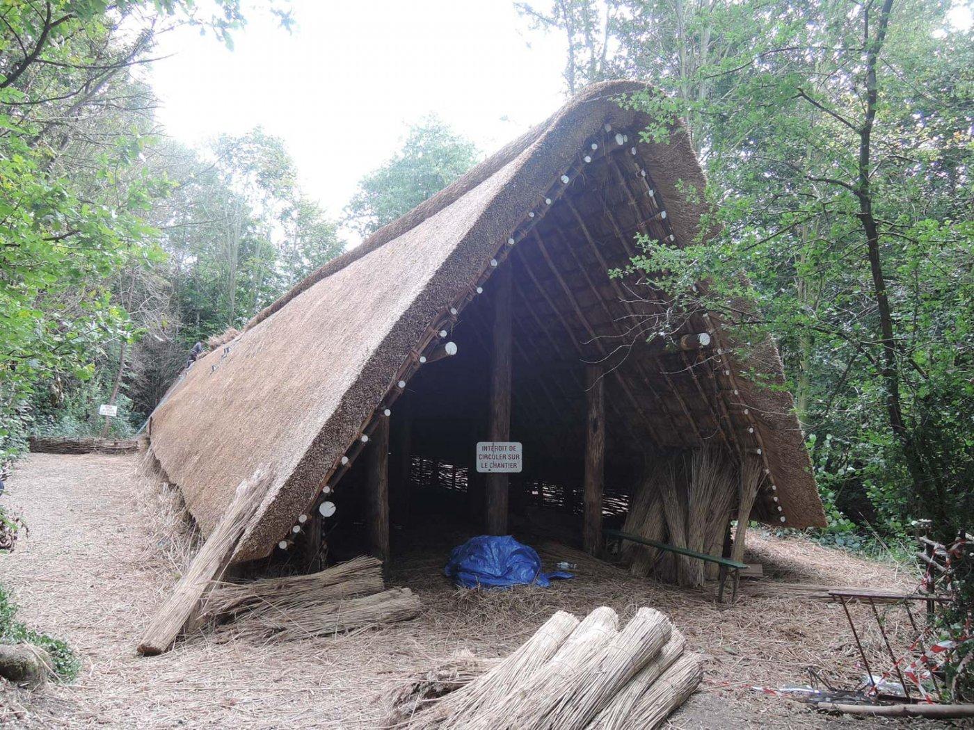 mise en oeuvre toiture reconstitution ferme néolithique