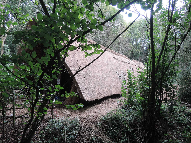 reconstitution ferme néolithique en travaux extérieur