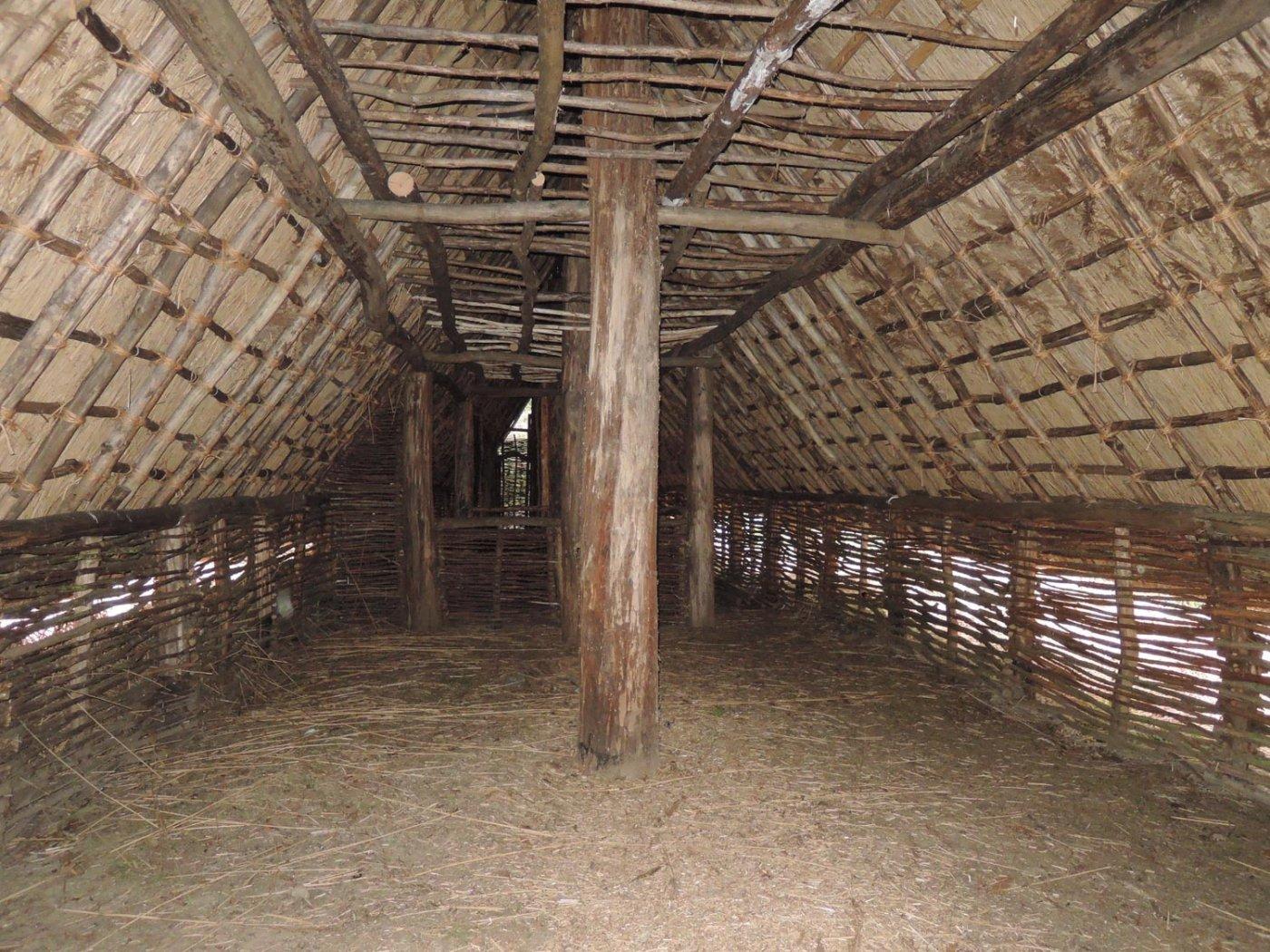 Reconstitution intérieur ferme néolithique