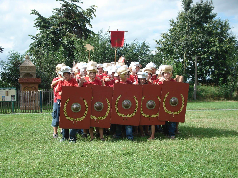 stage légionnaire - archéosites Aubechies. groupe en formation
