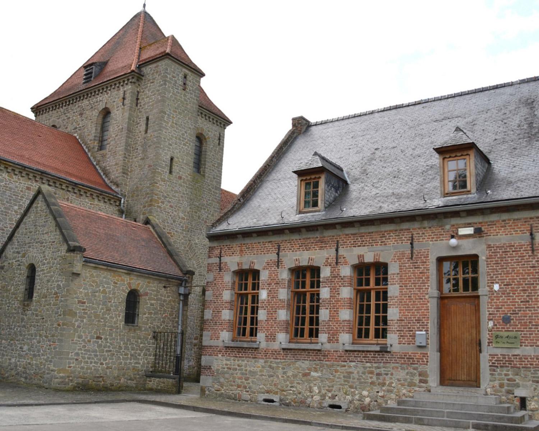 gîte ajiste extérieur entrée et église aubechies