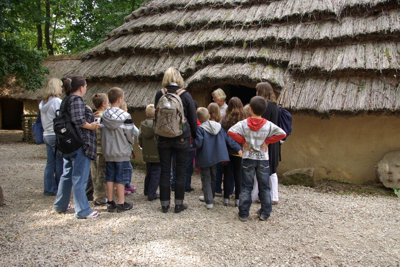 Visite scolaire extérieur maison gauloise