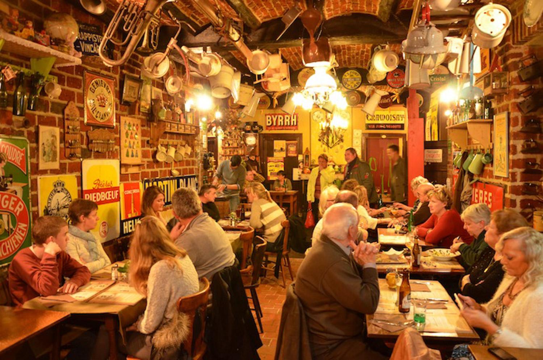 intérieur salle remplie taverne saint Géry crowded