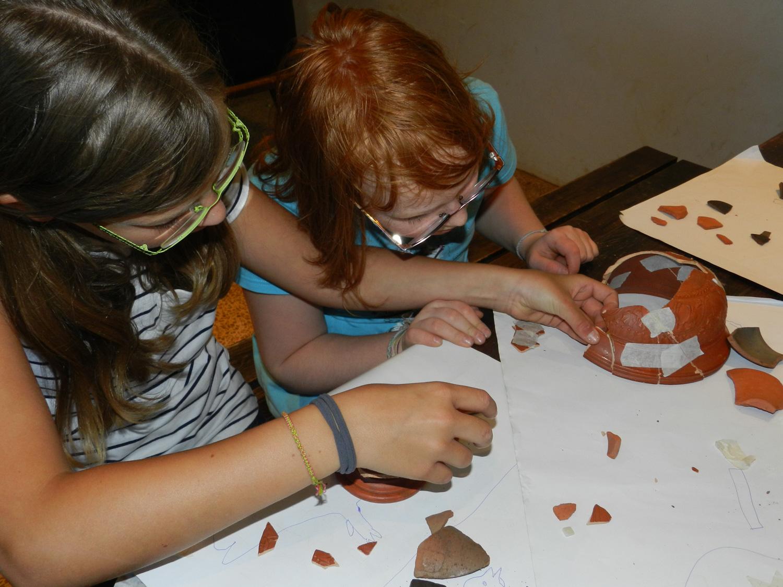 stage initiation à l'archéologie reconstitution d'une poterie Archéosite Aubechies