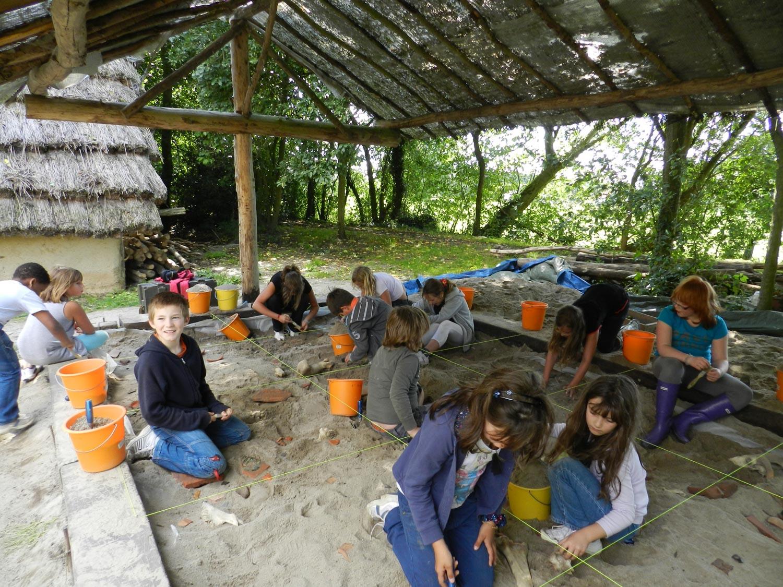 stage initiation à l'archéologie bac à fouille Archéosite Aubechies